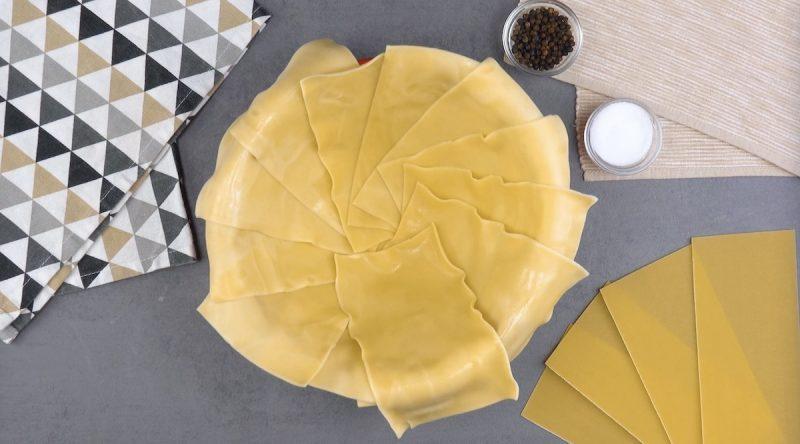 Sfoglia per lasagne disposta a cerchio all'interno di una ciotola