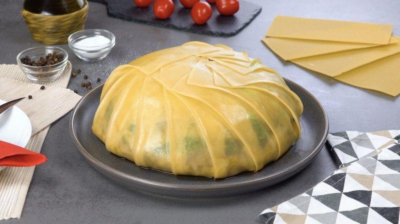 Timballo di pasta con sfoglie per lasagne, ragu di carne e pesto alla genovese