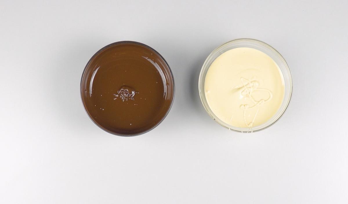 Cioccolato fondente e cioccolato bianco fusi in due scodelle