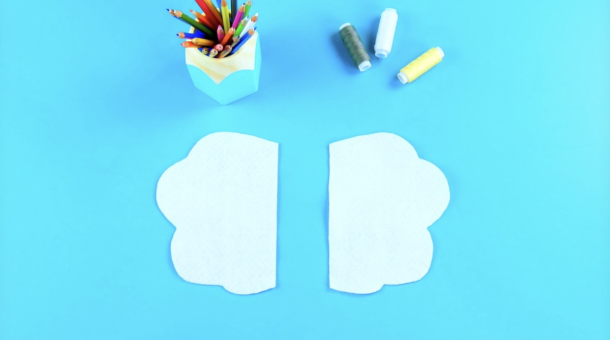 Feltro bianco tagliato in due parti simmetriche