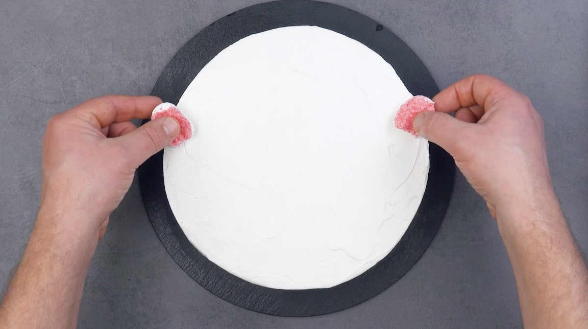 Marshmallow zuccherati sulla glassa bianca