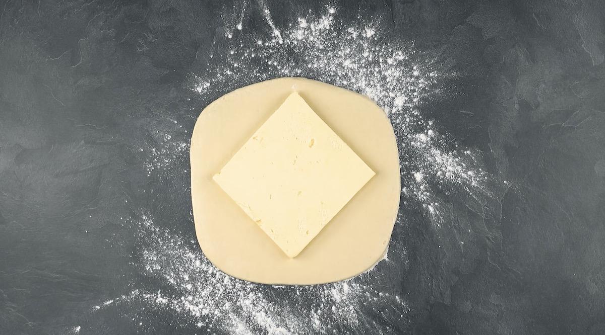 Burro steso a forma di quadrato sulla pasta lievitata