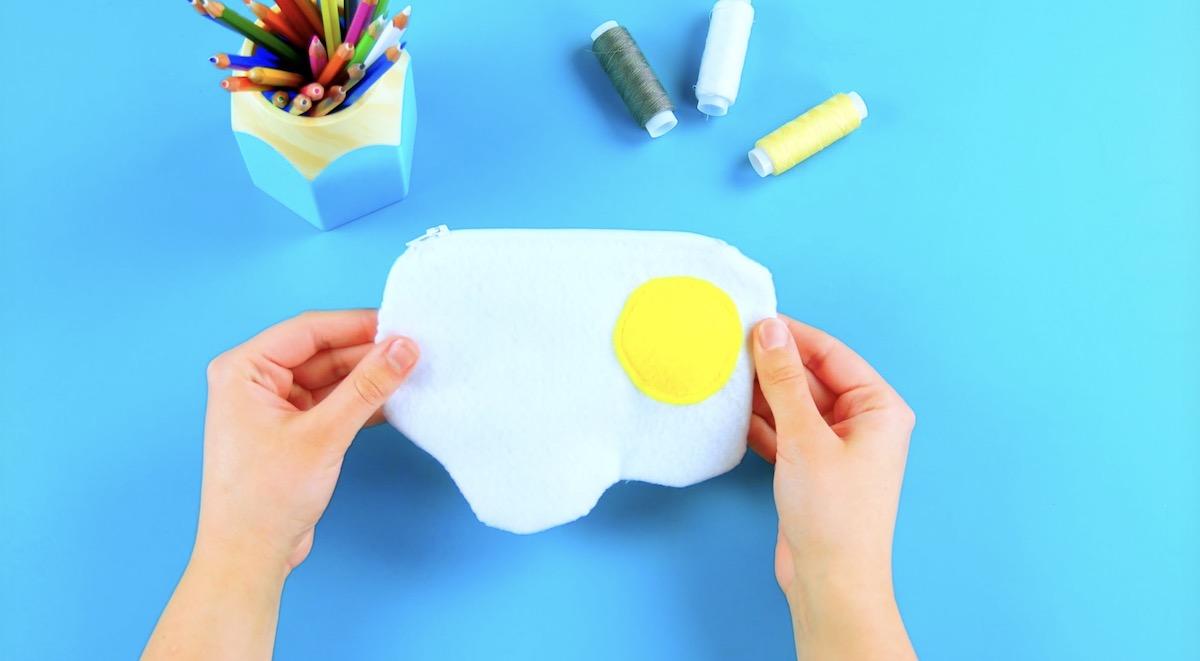 Borsetta in feltro a forma di uovo fritto