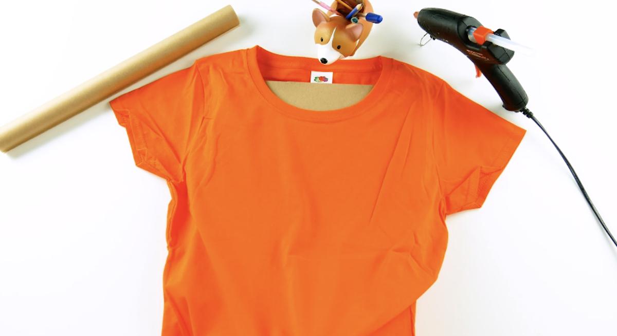 T-shirt infilata su cartoncino