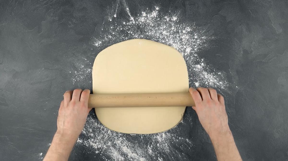 Pasta lievitata stesa col matterello a forma di quadrato