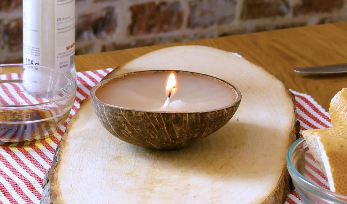 Porta candela fatto di noce di cocco