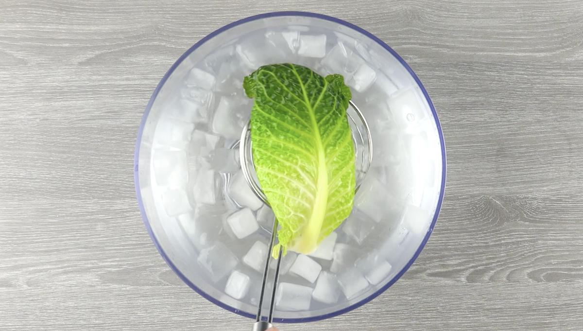 Foglia di cavolo verza in una scodella con acqua con ghiaccio