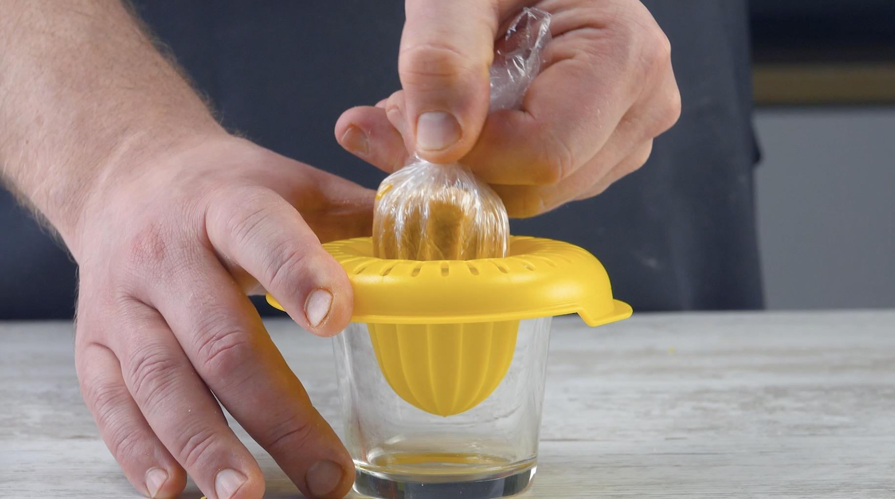 Polpette di bulgur avvolte nella pellicola trasparente sfilate dallo spremiagrumi