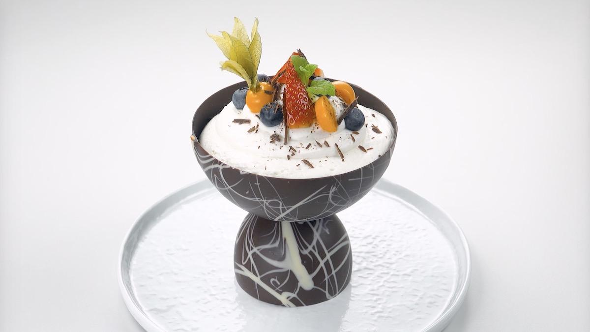 Crema al cioccolato bianco in coppa al cioccolato fondente