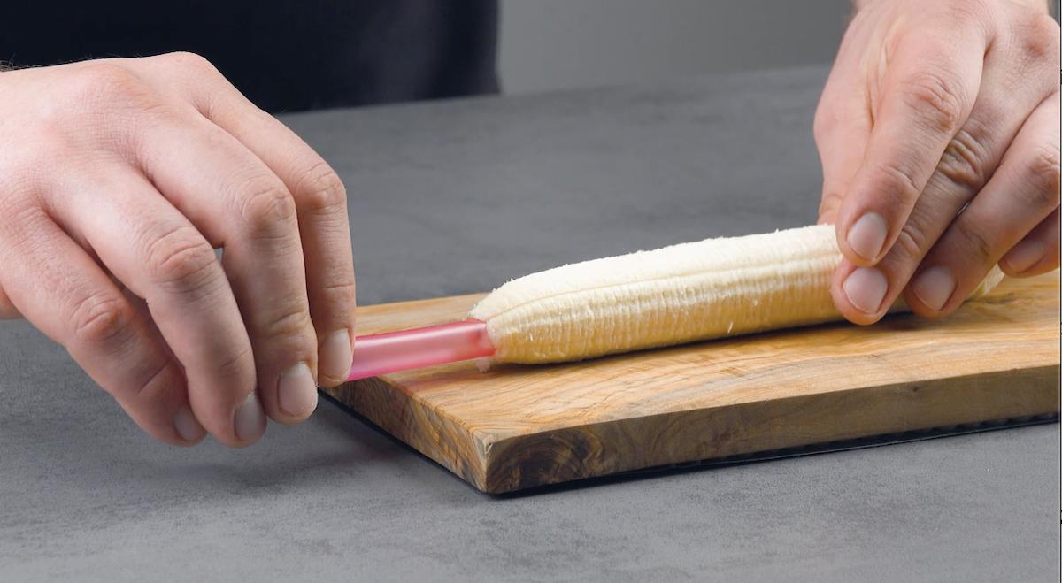 Cannuccia infilata in una banana sbucciata