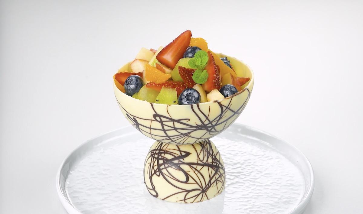 Macedonia di frutta in coppa al cioccolato