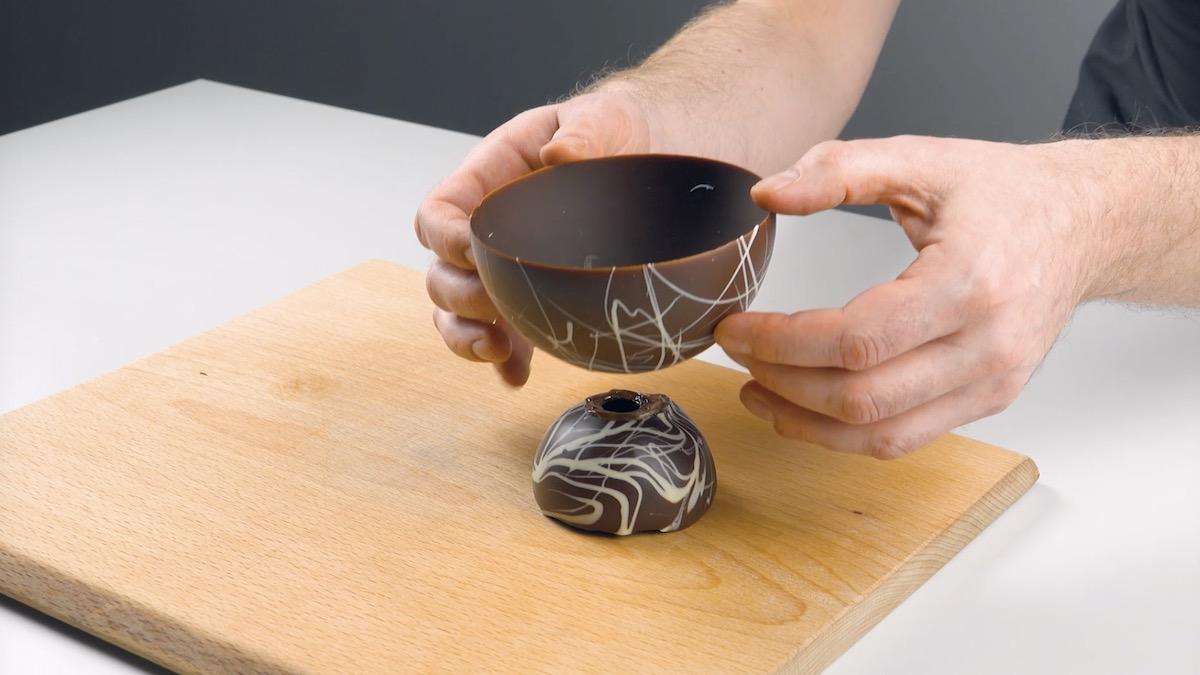 Unione delle due semisfere di cioccolato fondente