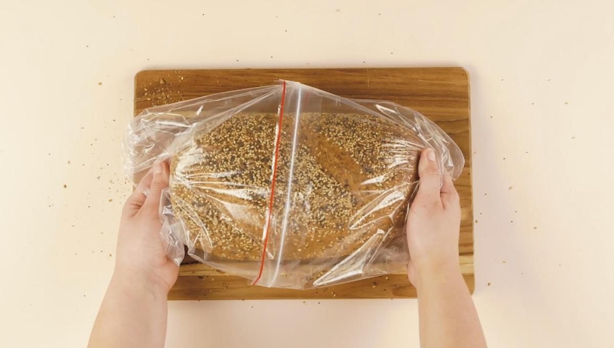 Pagnotta di pane dentro a due sacchetti richiudibili