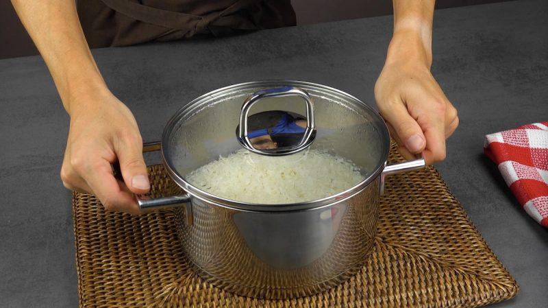 Pentola con riso cotto tolta dai fornelli