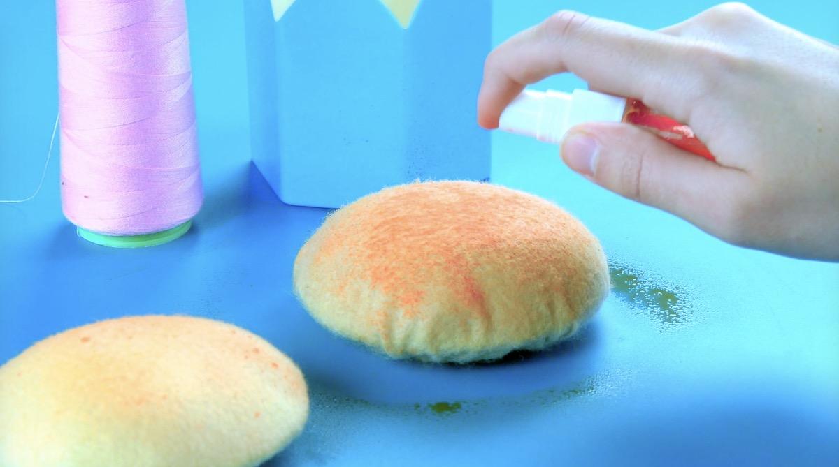 Pittura rossa spray sui panini per hamburger