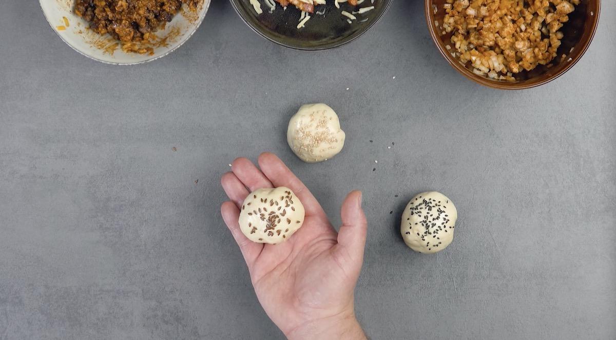 Sfere di pasta lievitata ripiena ricoperte di semi
