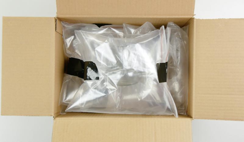 Bicchieri imballati in sacchetti di plastica con aria