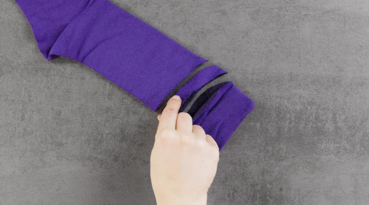 Calzino viola tagliato a strisce