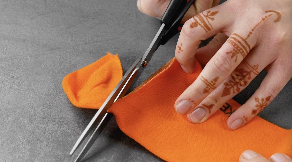 Taglio della punta di un calzino