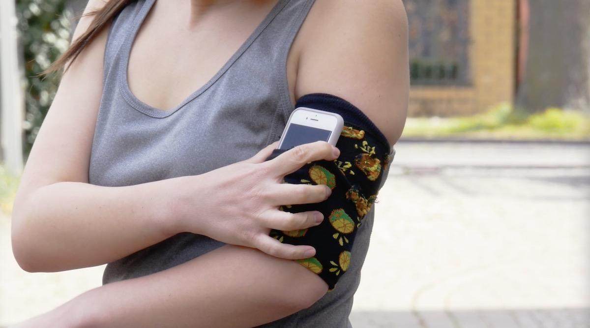 Porta cellulare da braccio ottenuto dal riciclo creativo dei calzini spaiati