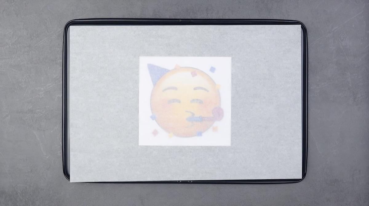 Emoticon stampata e ricoperta con carta oleata