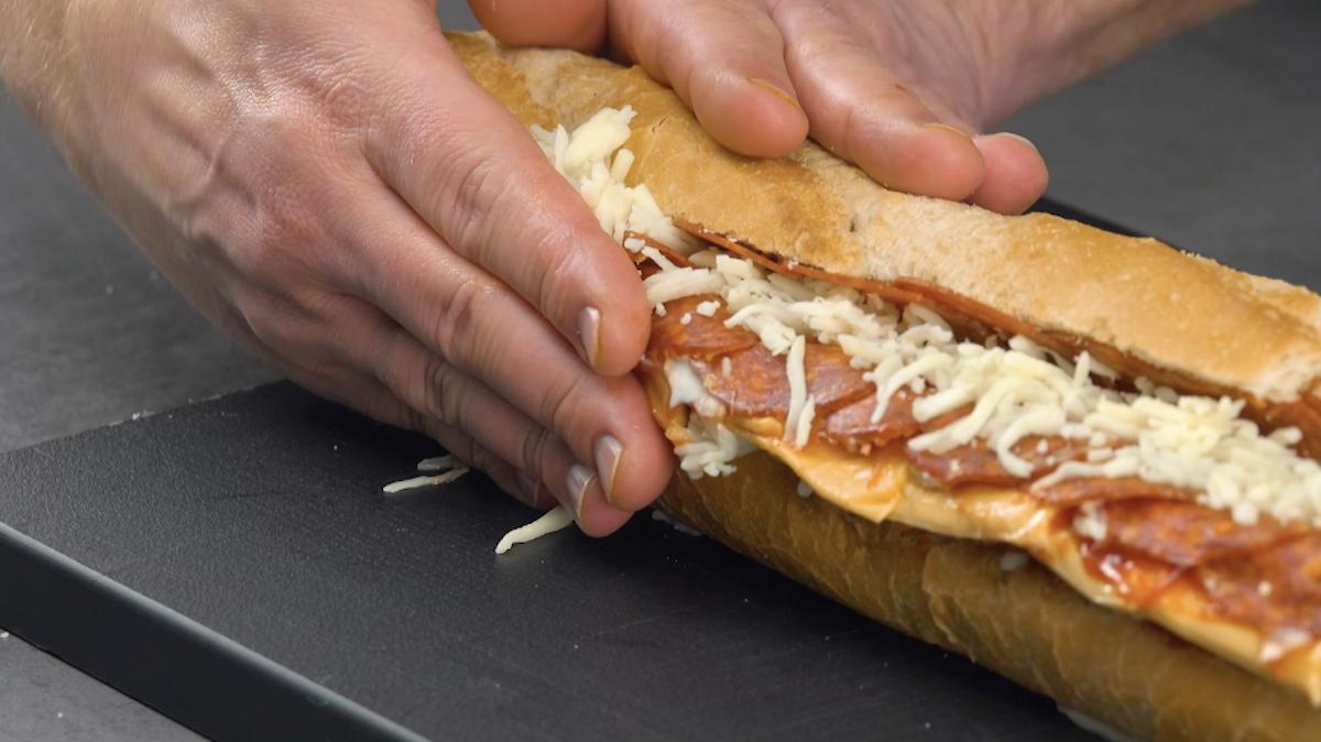 Baguette ripiena di salame e formaggio