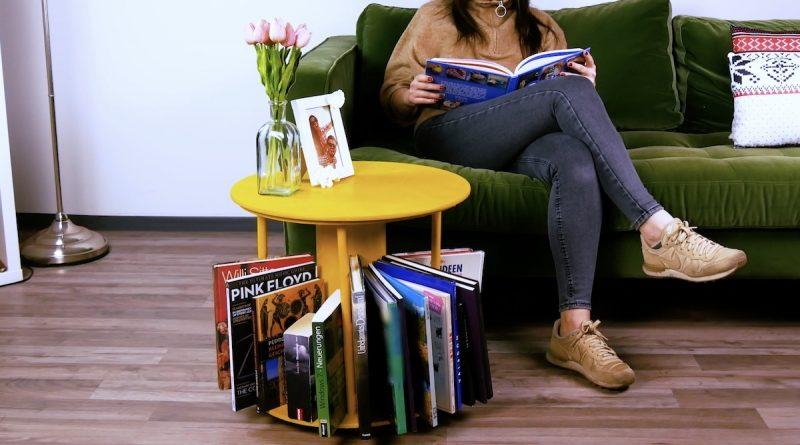 Tavolo su ruote con porta riviste incorporato