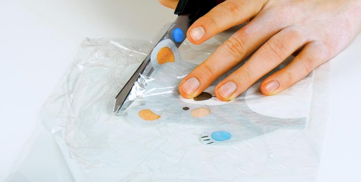 Taglio della pellicola trasparente con il disegno