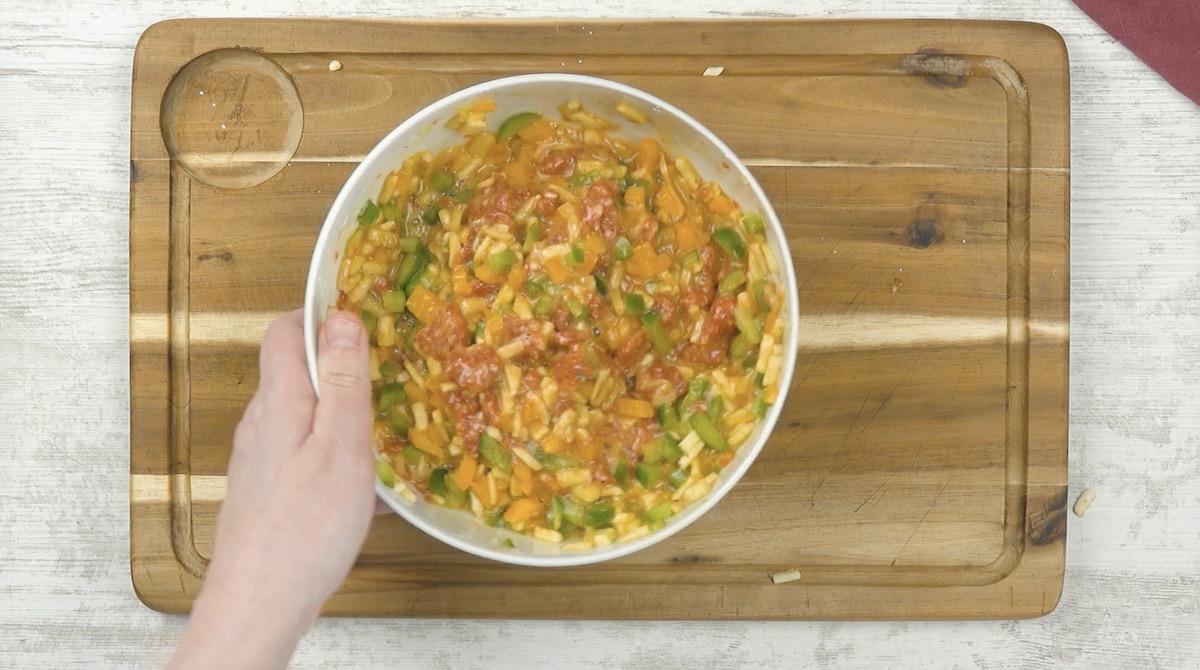 Insalata di peperoni, salsiccia e uova