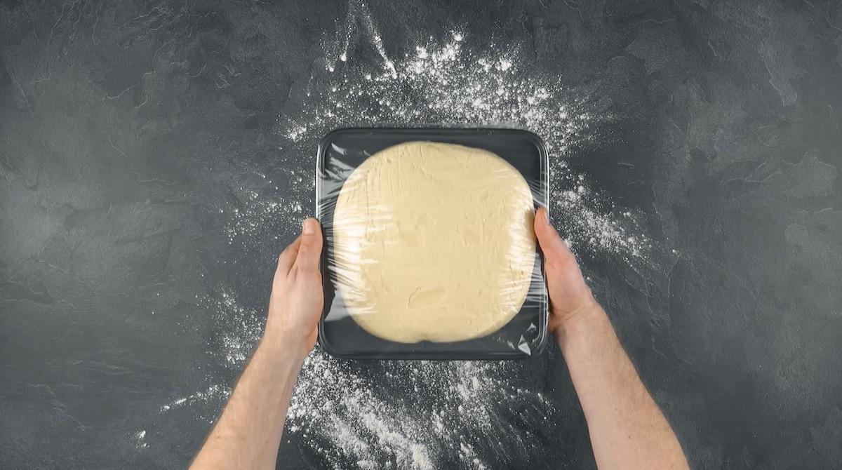 Pasta lievitata avvolta nella pellicola trasparente