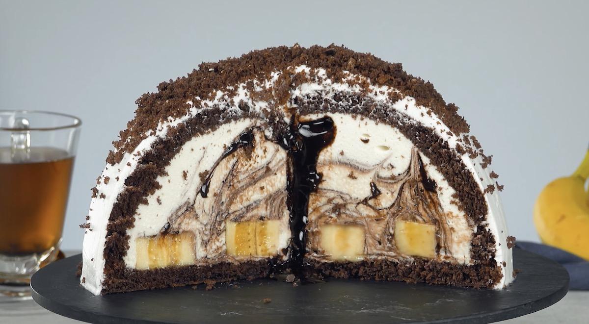 Torta al cioccolato ripiena di banane e crema di cocco al cioccolato bianco