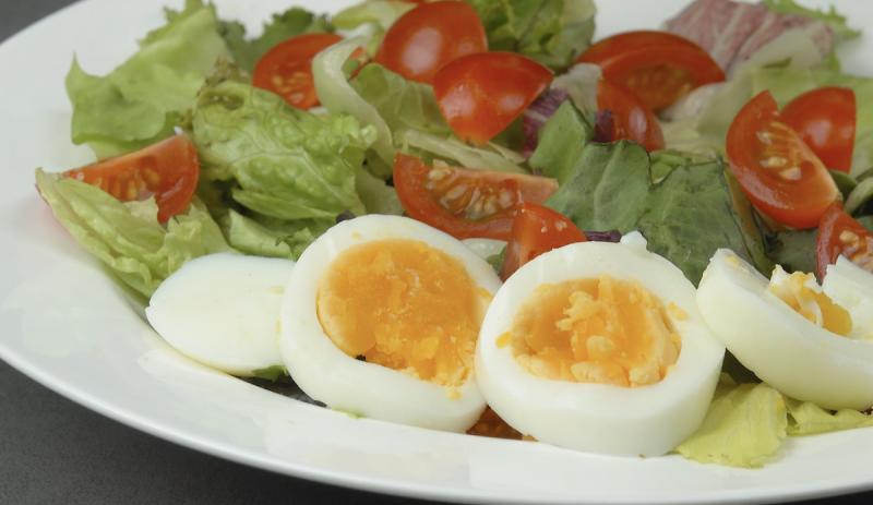 Uova sode con insalata mista