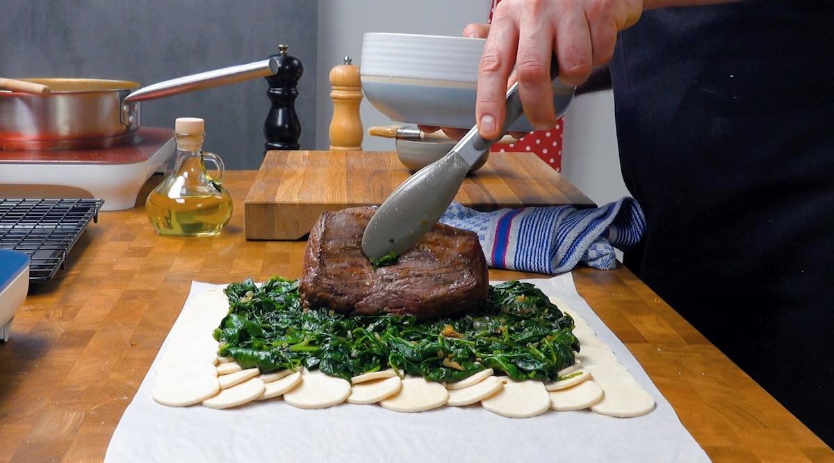 Filetto di manzo al centro degli spinaci