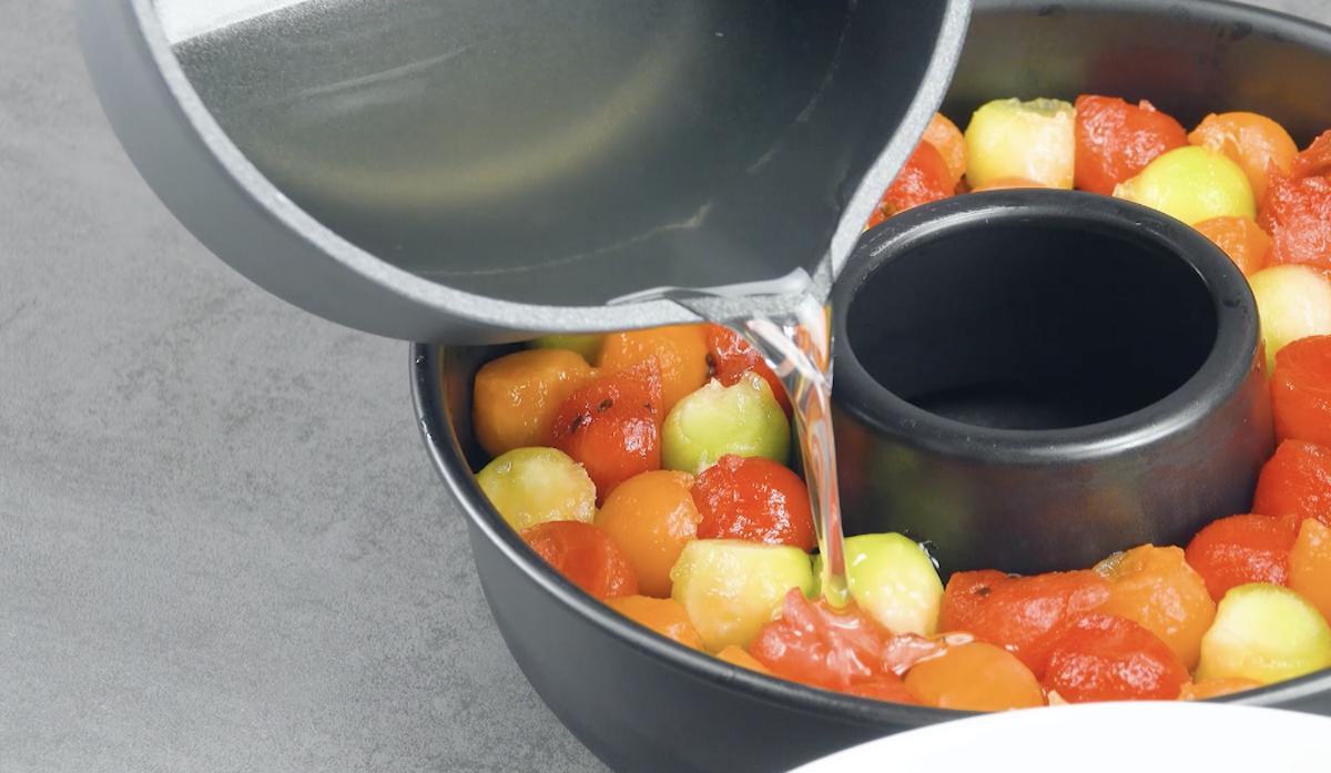 Palline di anguria e melone nello stampo per ciambella