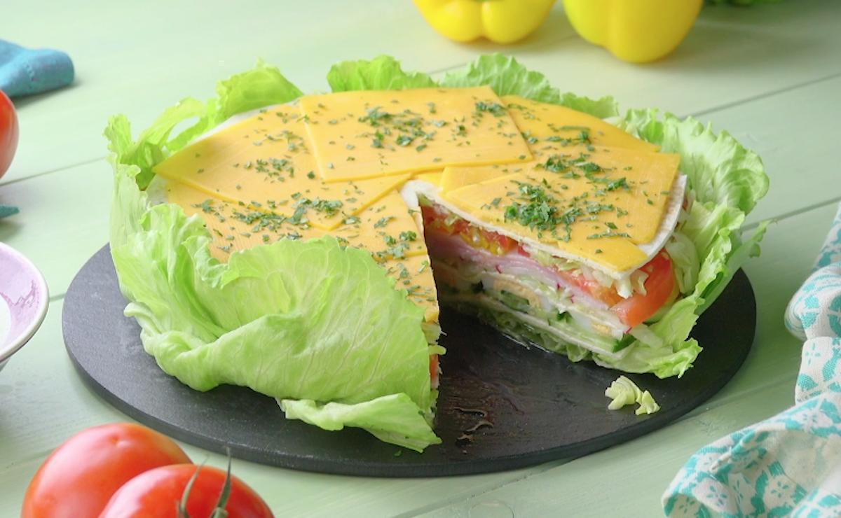 Torta salata con insalata iceberg