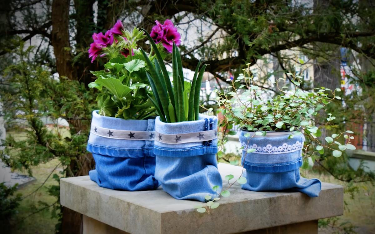 Decorazioni in jeans per vasi di fiori