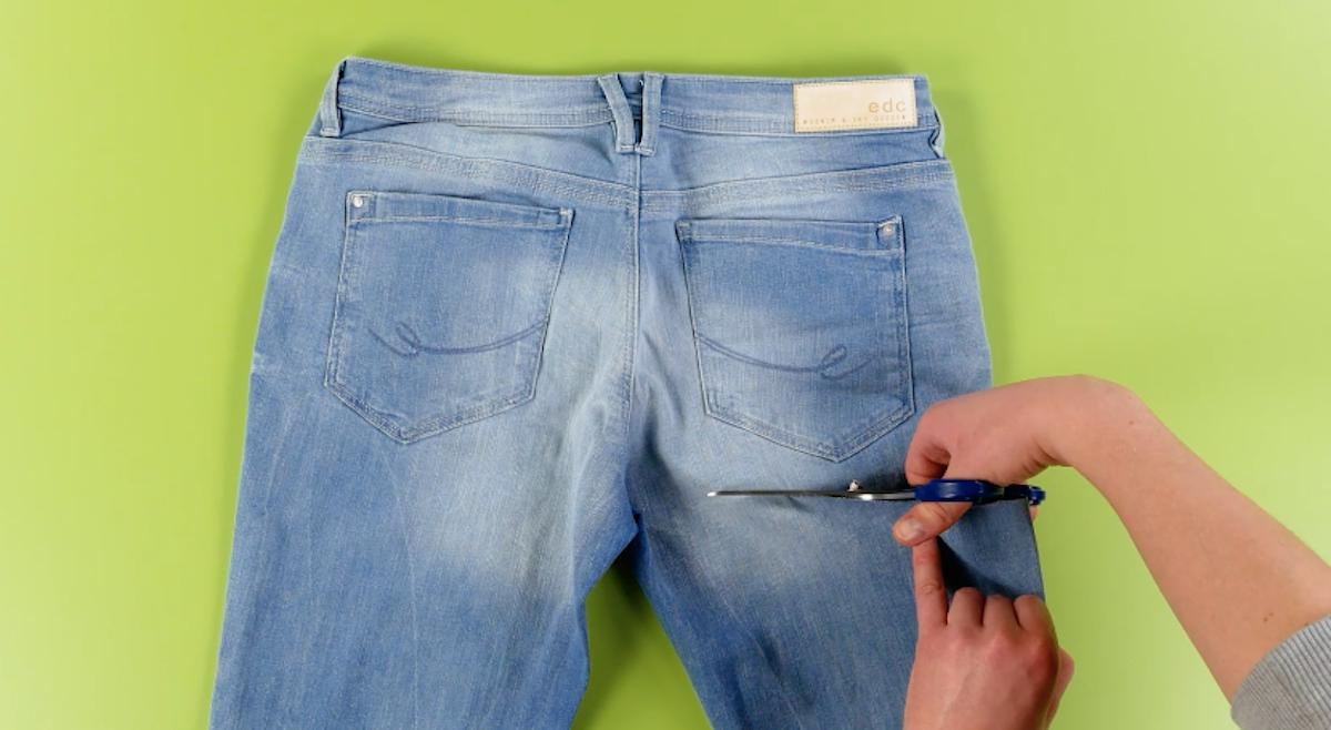 Taglio delle gambe dei jeans vecchi