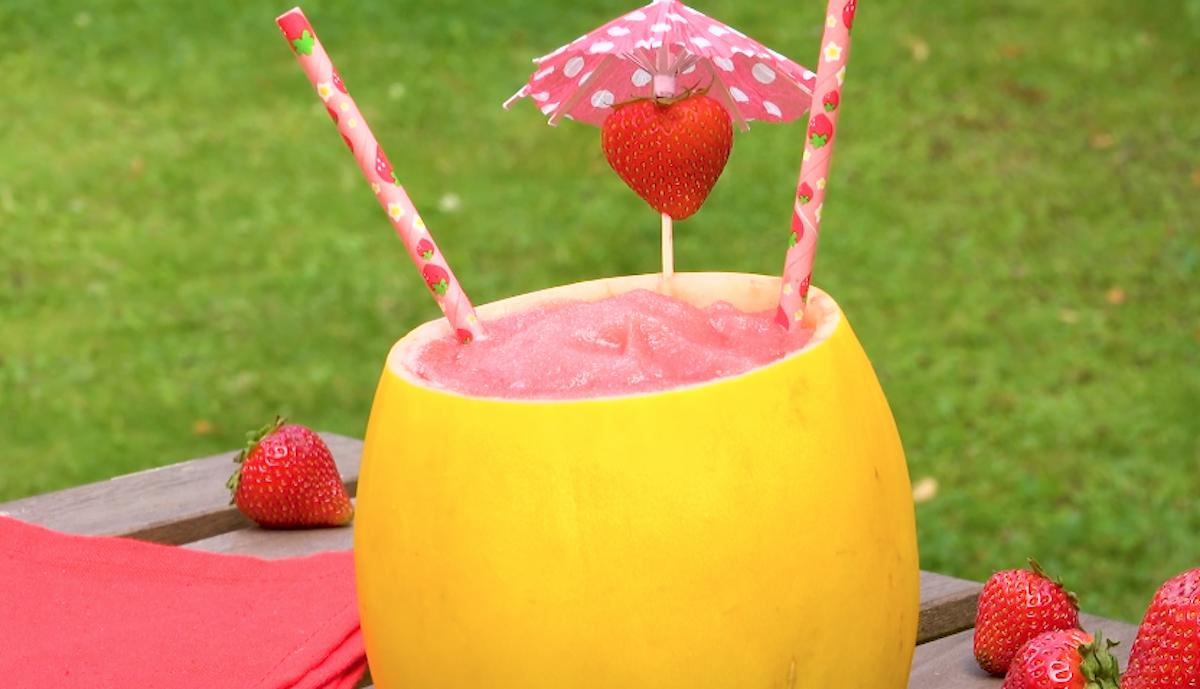 Cocktail rinfrescante con melone fragole e prosecco
