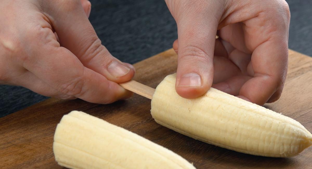 Banane infilzate sullo stecco da gelato