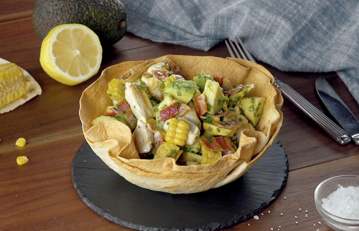 Insalata con avocado e petti di pollo in cestino di tortilla