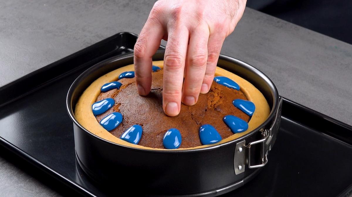 Glassa blu fuoriesce dai fori nella torta
