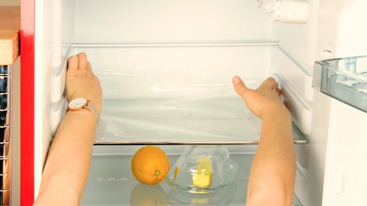 Pellicola trasparente sui ripiani del frigorifero
