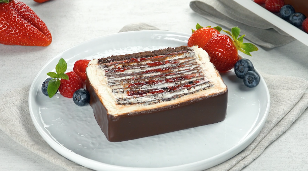 Torta di crepes al cioccolato con crema ganache e marmellata