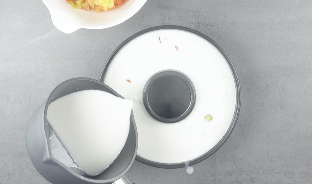 Crema di cocco versata nello stampo per ciambella