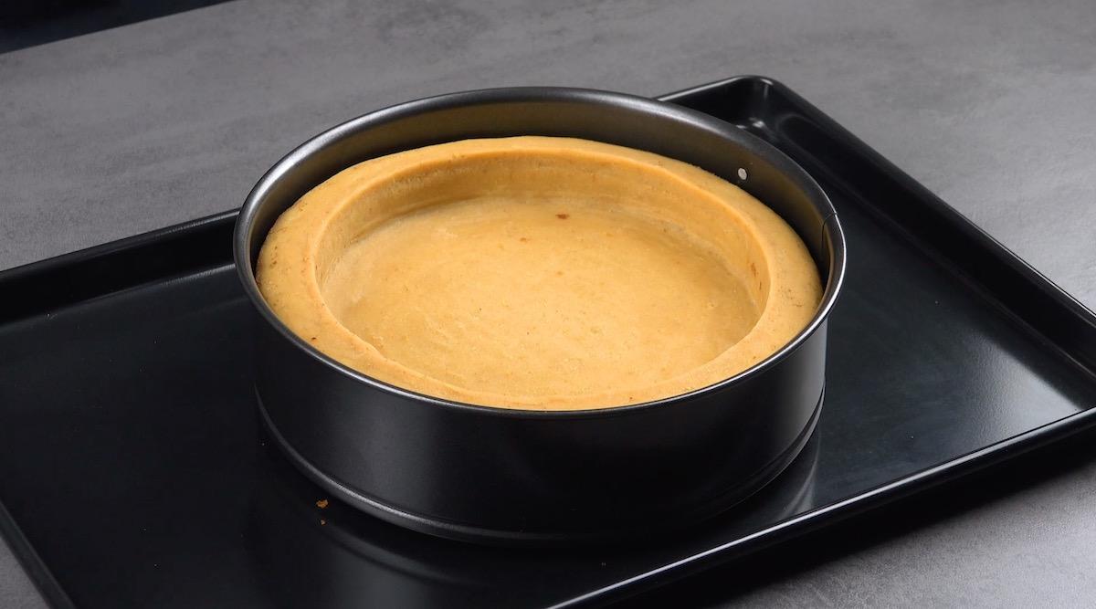 Torta in teglia a cerniera sopra teglia da forno