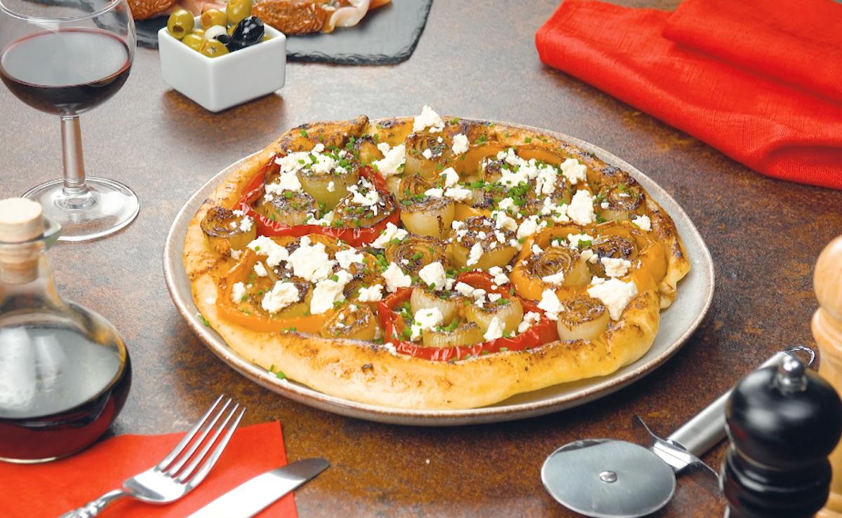 Pizza fatta in casa con cipolle e peperoni in padella