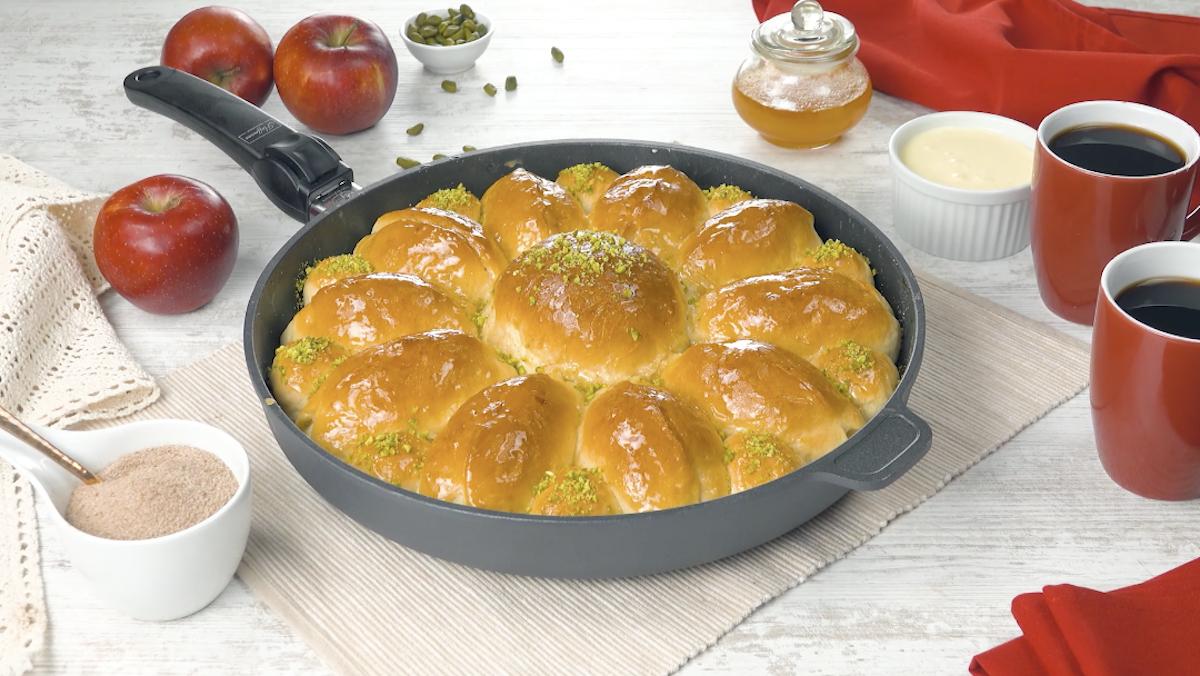 Pan brioche di pasta lievitata ripieno di mele caramellate alla cannella