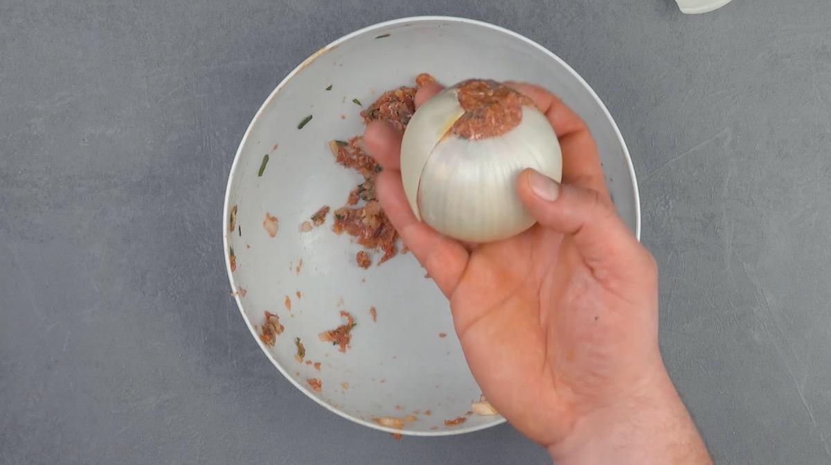 Polpetta di carne avvolta da cipolla