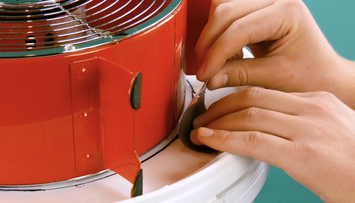 Ventilatore fissato al coperchio del secchio con il nastro adesivo