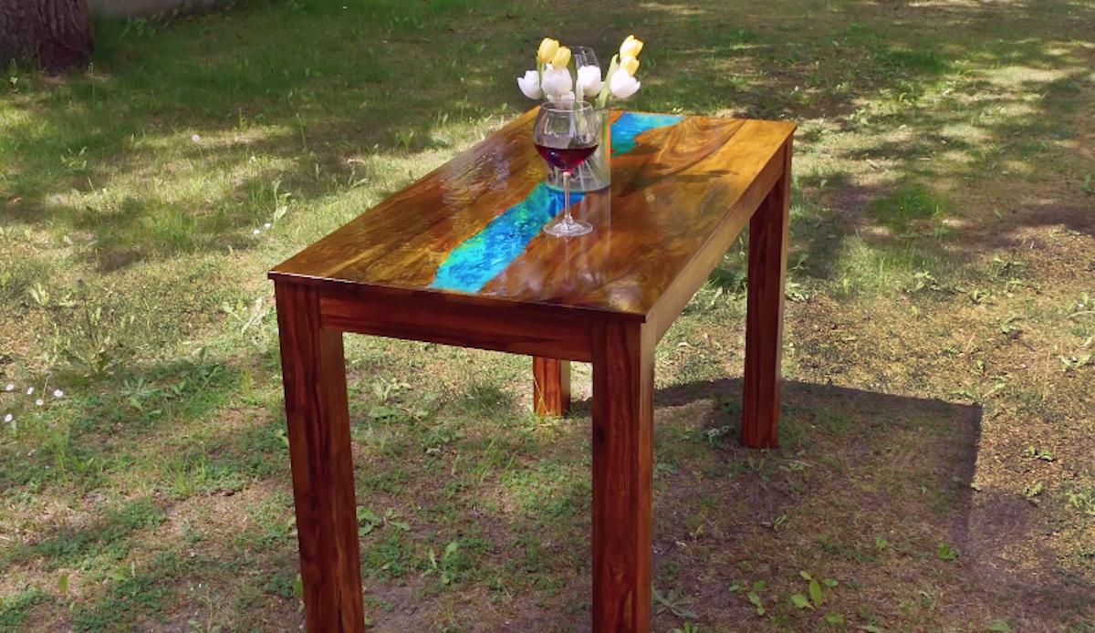 Tavolo fai da te decorato con colore fluorescente